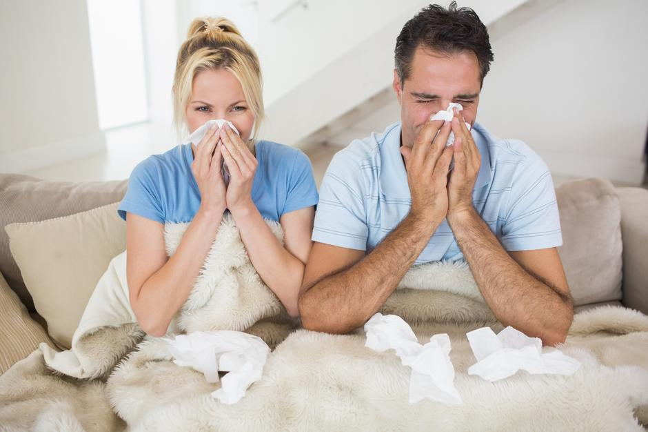 Couple suffering from cold in bed | Autor: Wavebreakmedia Ltd