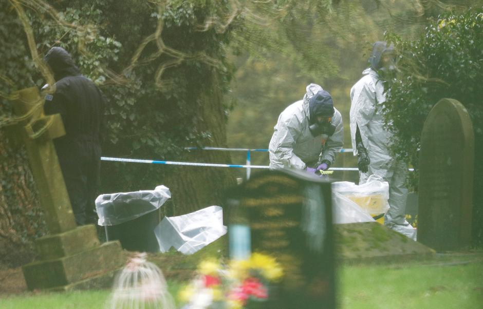 Members of the emergency services wear protective suits at the site of the grave of Luidmila Skripal, wife of former Russian inteligence officer Sergei Skripal, at London Road Cemetery in Salisbury | Autor: PETER NICHOLLS