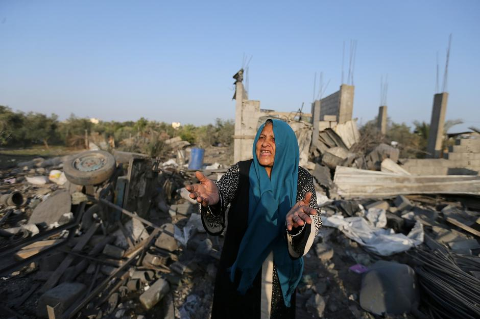 Palestinian woman reacts as she inspects a house destroyed in an Israeli air strike in the southern Gaza Strip | Autor: IBRAHEEM ABU MUSTAFA/REUTERS/PIXSELL/REUTERS/PIXSELL