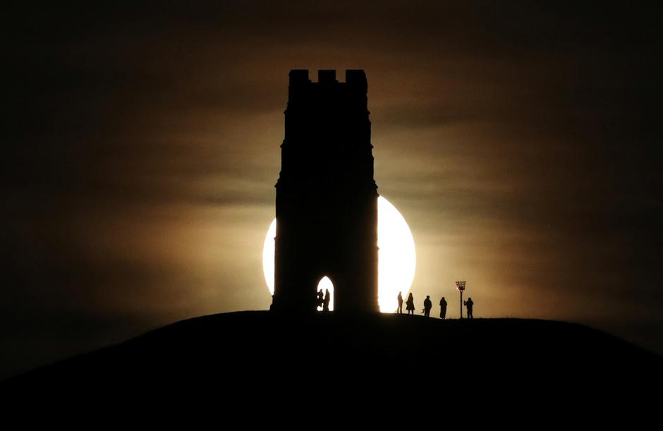 St Michael's Tower is seen on Glastonbury Tor as a full moon rises in Glastonbury | Autor: Peter Cziborra/REUTERS/PIXSELL/REUTERS/PIXSELL