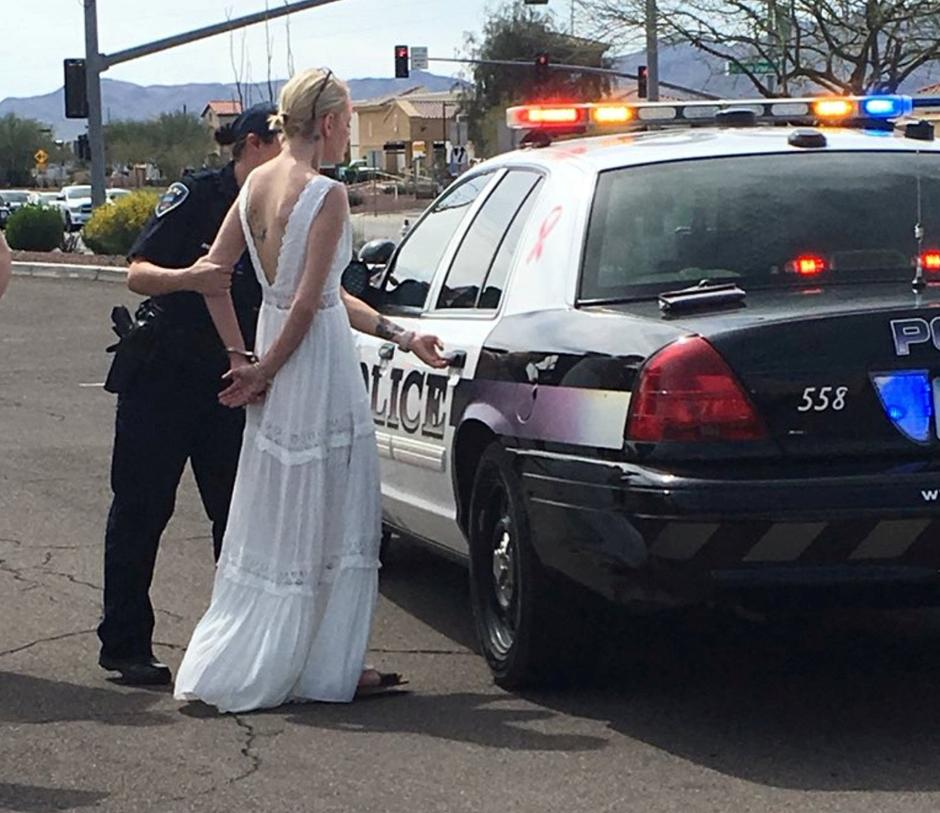 Police officer arrests bride-to-be for driving while impaired to her wedding in Marana | Autor: HANDOUT
