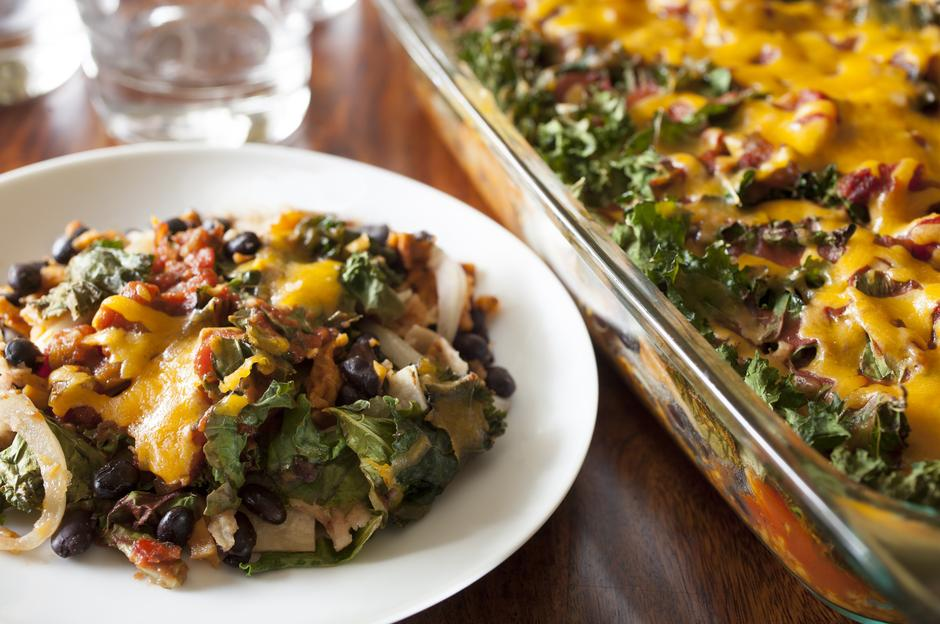 Enchilada Casserole with Kale and Sweet Potatoes | Autor: Catherine Murray