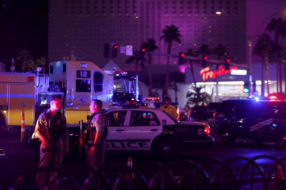 Las Vegas Metro Police officers confer near a staging area in the intersection of Tropicana Avenue and Las Vegas Boulevard South after a mass shooting at a music festival on the Las Vegas Strip in Las Vegas | Autor: STEVE MARCUS