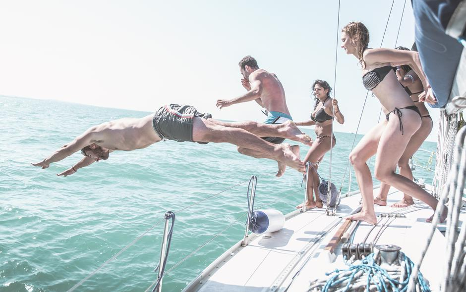 Friends jumping in the water from the boat | Autor: oneinchpunch
