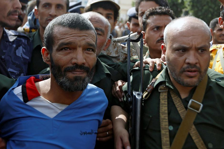Police officers escort Muhammad al-Maghrabi, 41, who was convicted of raping and murdering a three-year-old girl, to the execution site, in Sanaa | Autor: Khaled Abdullah/REUTERS/PIXSELL/REUTERS/PIXSELL