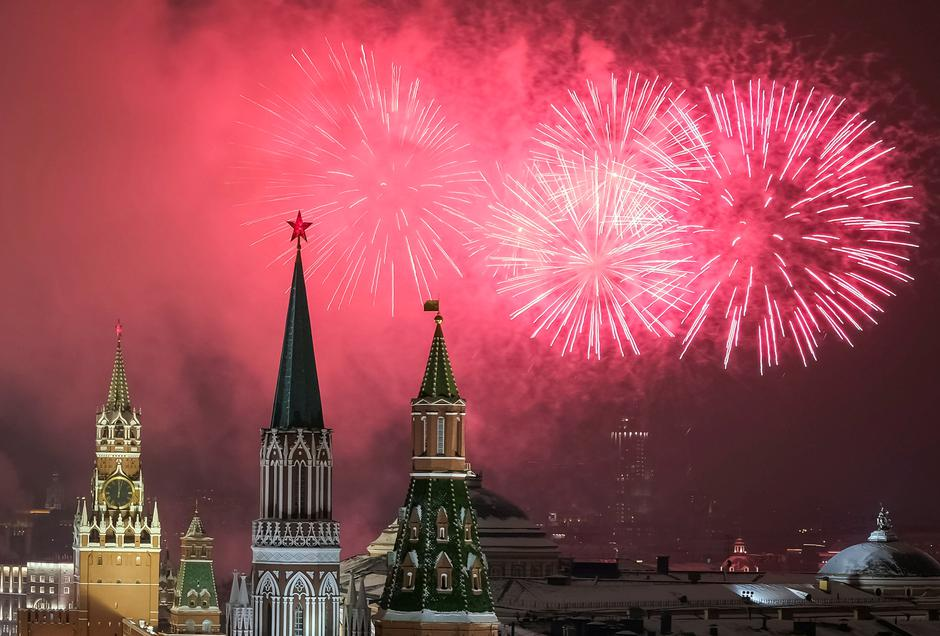 Fireworks explode in the sky over the Kremlin during New Year celebrations in Moscow | Autor: SHAMIL ZHUMATOV