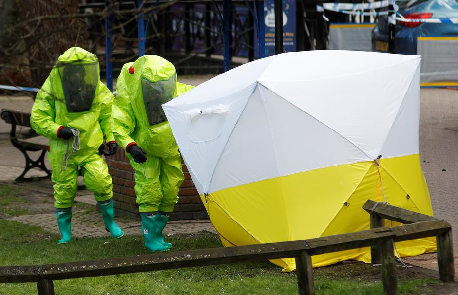 The forensic tent, covering the bench where Sergei Skripal and his daughter Yulia were found, is repositioned by officials in protective suits in the centre of Salisbury | Autor: PETER NICHOLLS