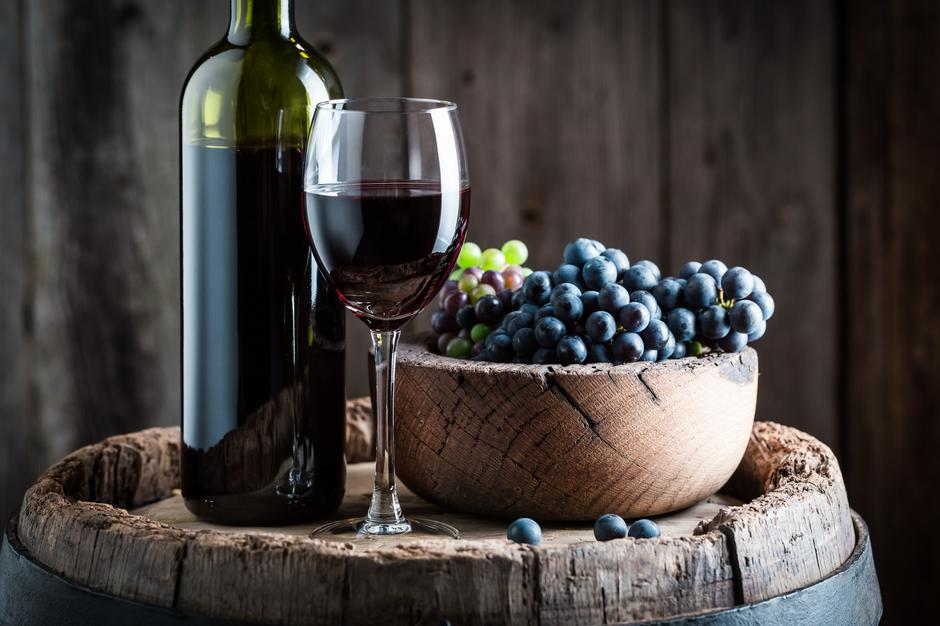 Intensive red wine with sweet grapes on wooden barrel | Autor: Shaiith