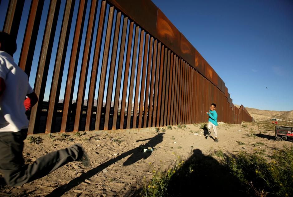 FILE PHOTO: Children run along the border fence between Mexico and the United States during an inter-religious service against U.S. President Donald Trump's border wall, in Ciudad Juarez | Autor: JOSE LUIS GONZALEZ/REUTERS/PIXSELL/REUTERS/PIXSELL