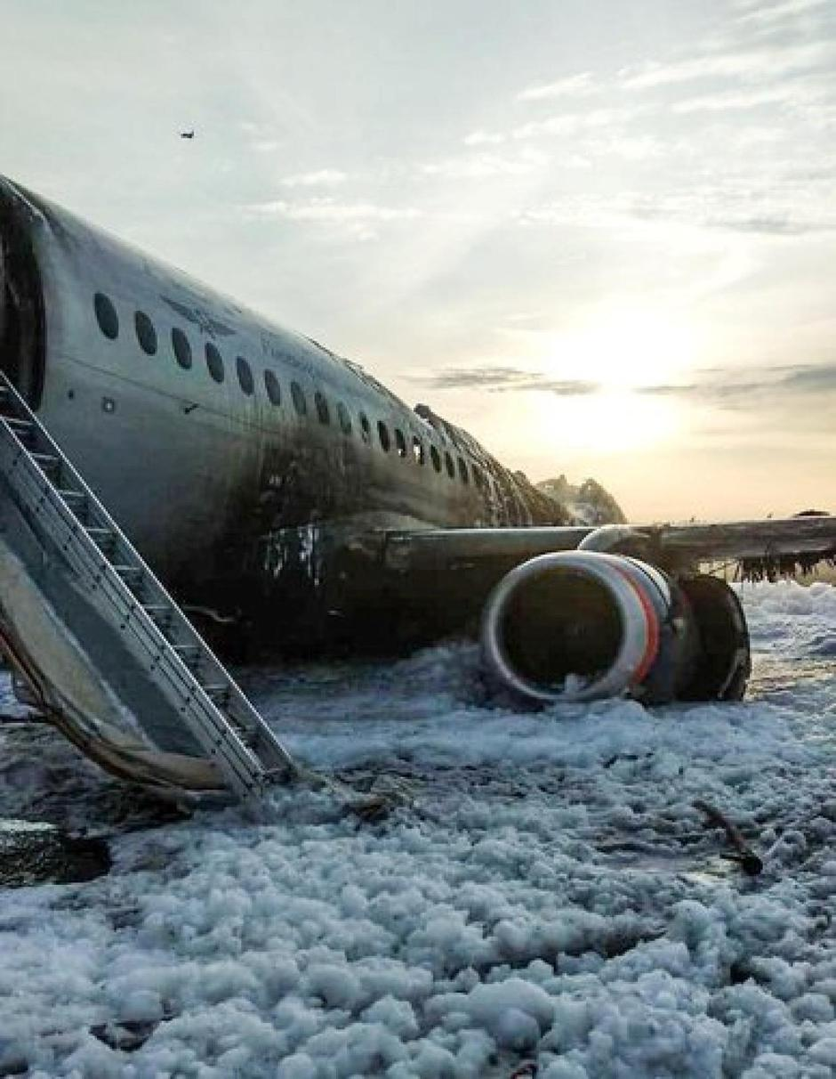 A view shows a damaged Aeroflot Sukhoi Superjet 100 passenger plane after an emergency landing at Moscow's Sheremetyevo airport | Autor: Handout/REUTERS/PIXSELL/REUTERS/PIXSELL
