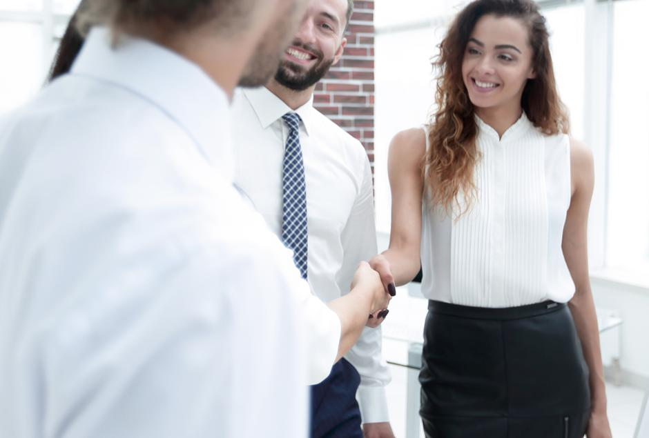 business women greet each other with a handshake | Autor: Dreamstime