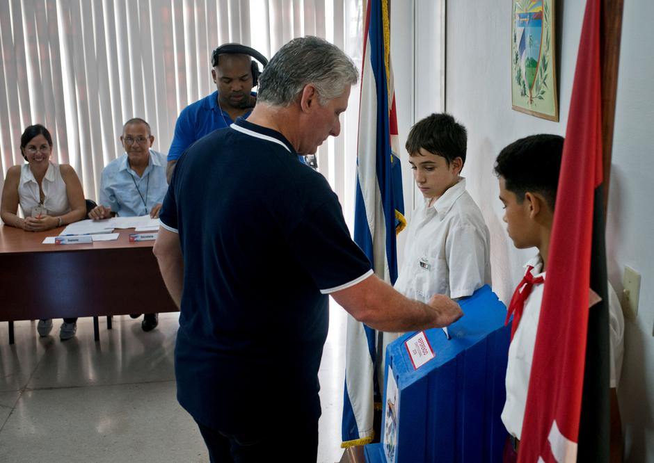 Cuba's President Miguel Diaz-Canel casts his vote during the referendum to approve the constitutional reform in Havana | Autor: POOL