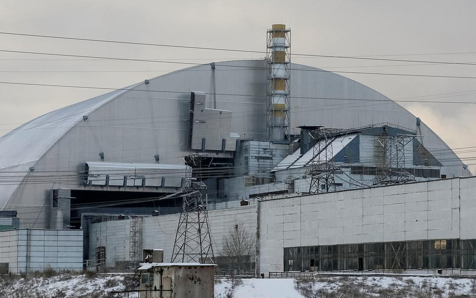 A general view shows a New Safe Confinement structure over the old sarcophagus covering the damaged fourth reactor at the Chernobyl nuclear power plant, in Chernobyl | Autor: GLEB GARANICH