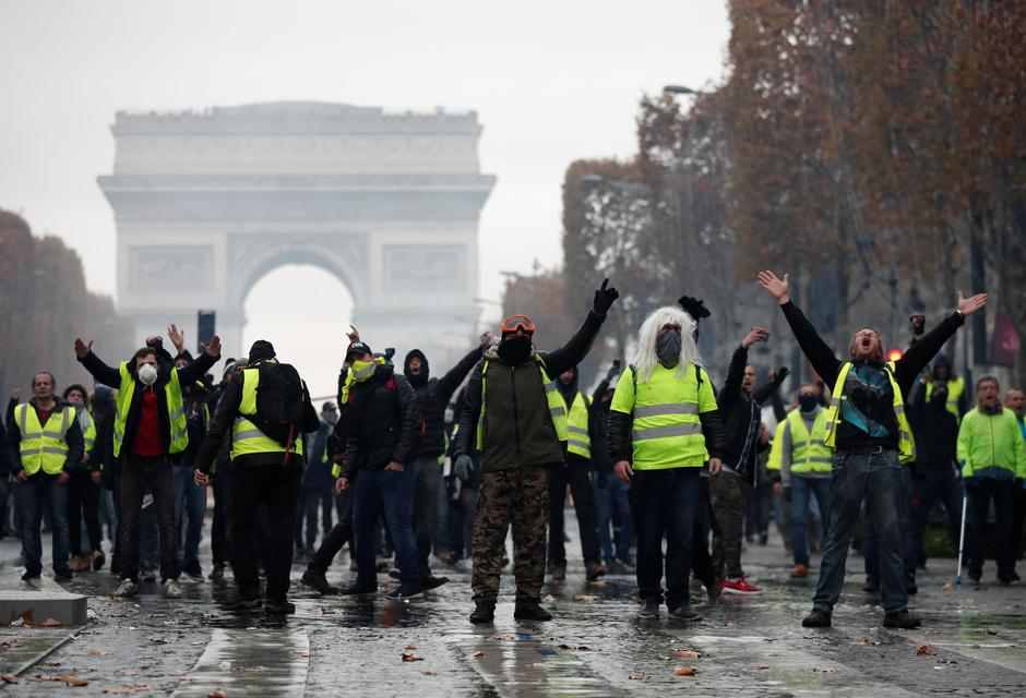 Protesters wearing yellow vests, a symbol of a French drivers' protest against higher fuel prices, shout out slogans during riots on the Champs-Elysees in Paris | Autor: BENOIT TESSIER/REUTERS/PIXSELL/REUTERS/PIXSELL