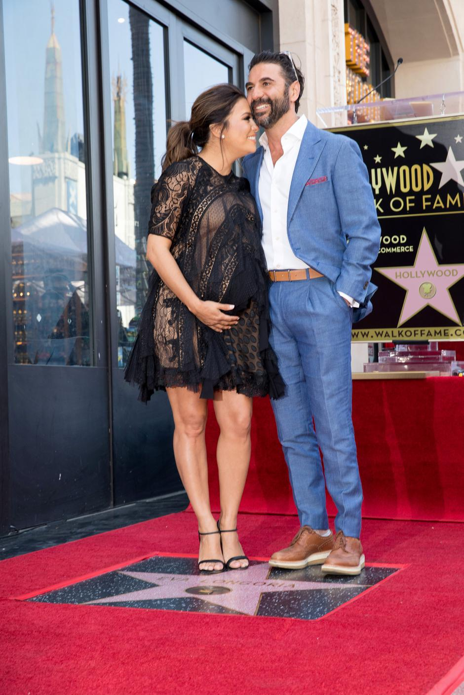 Eva Longoria and her husband Jose 'Pepe' Baston pose on the Hollywood Walk of Fame in Los Angeles | Autor: MONICA ALMEIDA/REUTERS/PIXSELL/REUTERS/PIXSELL