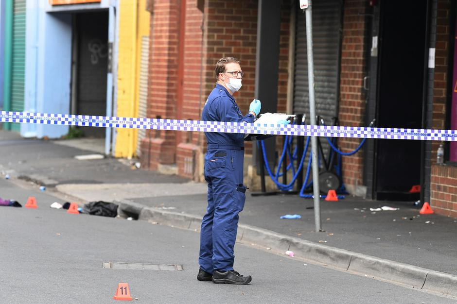 A Victoria Police personnel works at the scene of a multiple shooting outside Love Machine nightclub in Prahran, Melbourne | Autor: STRINGER/REUTERS/PIXSELL/REUTERS/PIXSELL
