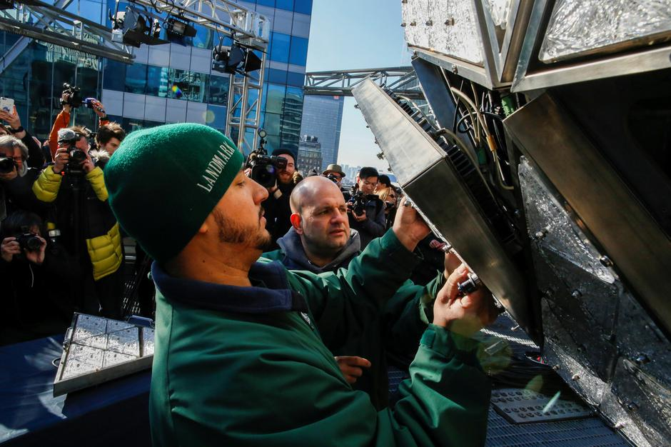 Workers install Waterford Crystal triangles on the Times Square New Year's Eve Ball on the roof of One Times Square in the Manhattan borough of New York | Autor: EDUARDO MUNOZ