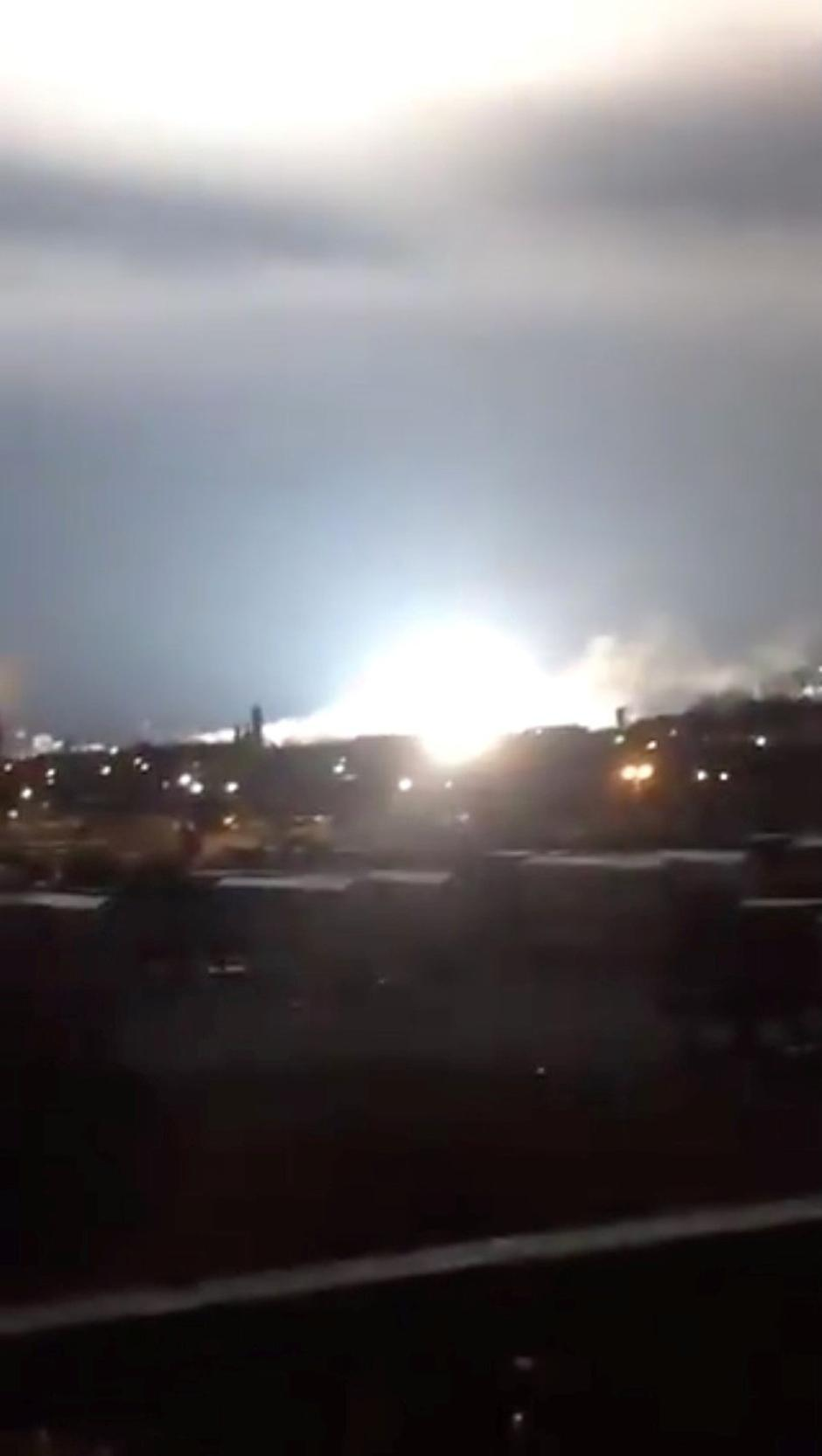 Bright light is seen after a transformer explosion on Thursday at an electric power station in Queens | Autor: SOCIAL MEDIA/REUTERS/PIXSELL/REUTERS/PIXSELL
