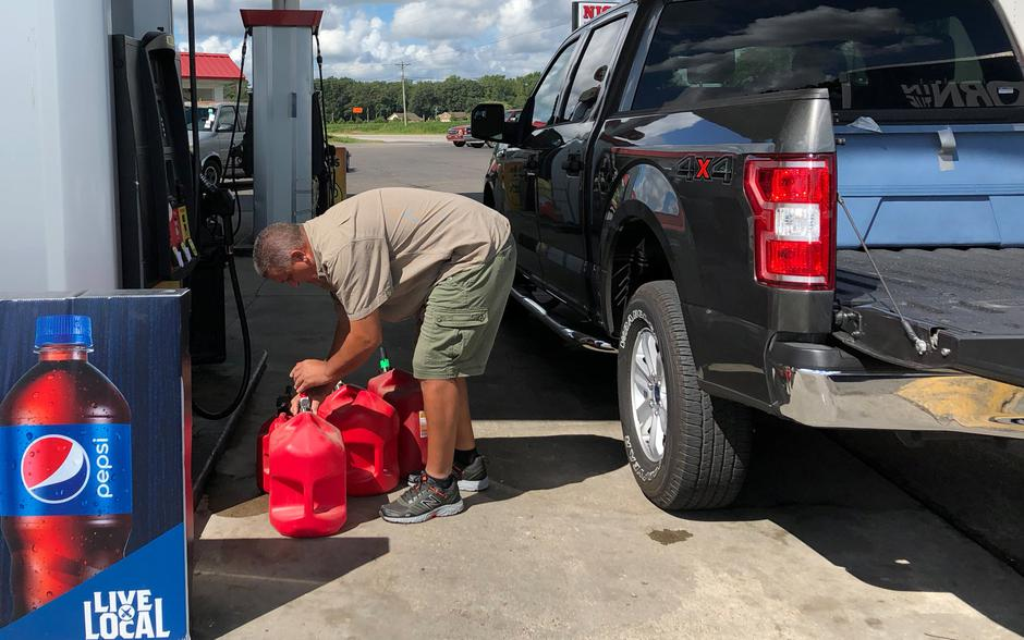 Trent Bullard fills gas containers for his generator ahead of Hurricane Florence in Pembroke North Carolina | Autor: Anna Driver/REUTERS/PIXSELL/REUTERS/PIXSELL