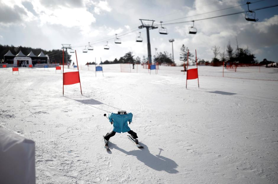 Robot Tae Kwon V skies during the Ski Robot Challenge at a ski resort in Hoenseong | Autor: KIM HONG-JI