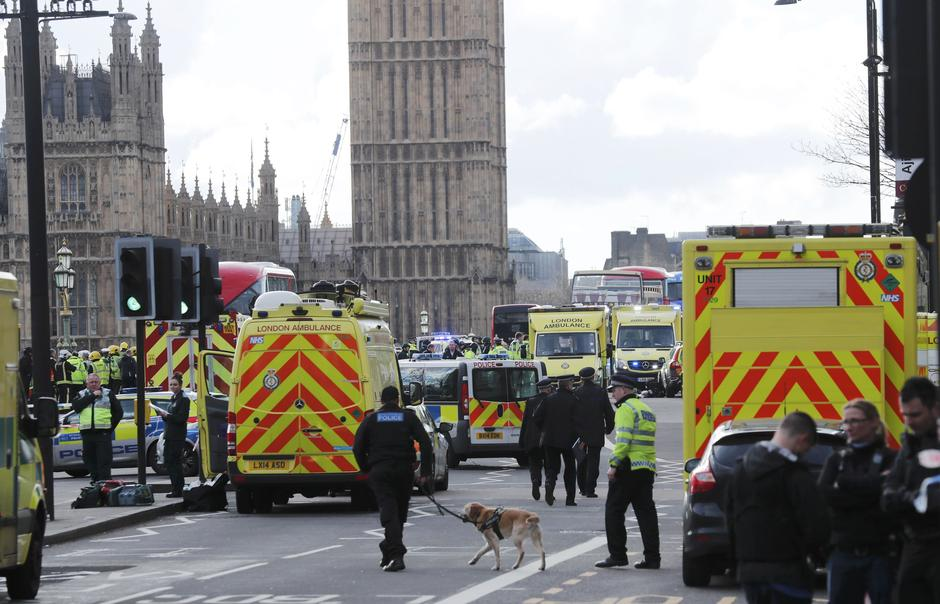 Emergency services respond after an incident on Westminster Bridge in London | Autor: EDDIE KEOGH