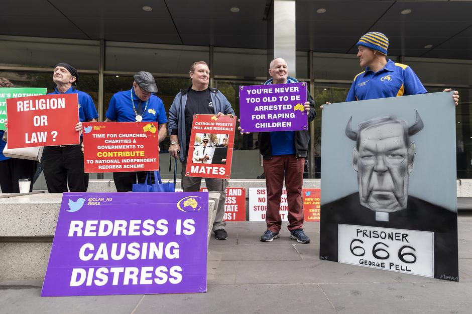 Protesters of Cardinal George Pell are seen outside the County Court in Melbourne | Autor: STRINGER