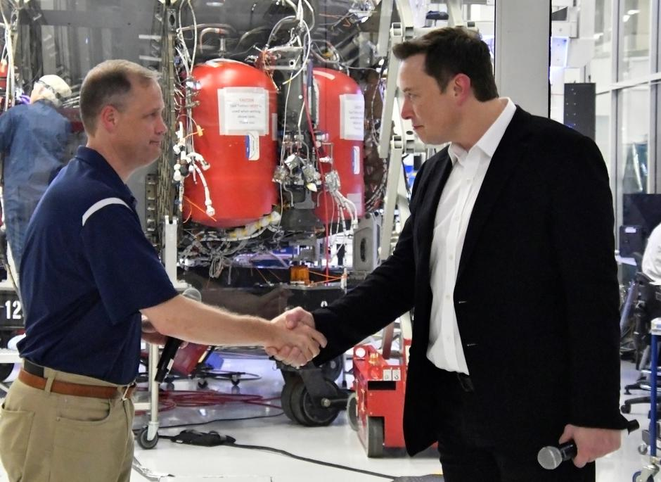 NASA Administrator Jim Bridenstine and SpaceX Chief Engineer Elon Musk shake hands after a tour of SpaceX headquarters in Hawthorne | Autor: GENE BLEVINS/REUTERS/PIXSELL/REUTERS/PIXSELL