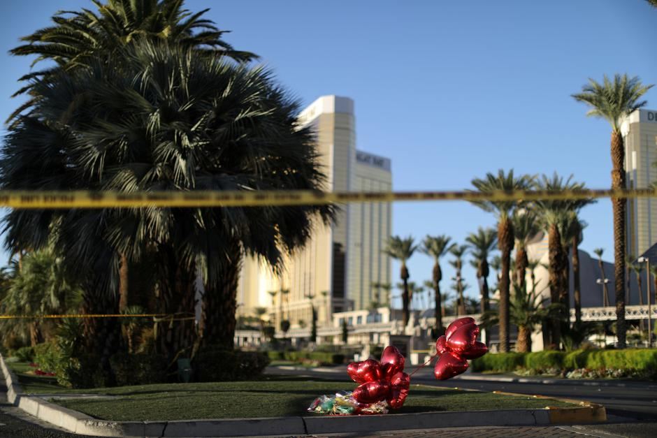 A makeshift memorial is seen next to the site of the Route 91 music festival mass shooting outside the Mandalay Bay Resort and Casino in Las Vegas | Autor: LUCY NICHOLSON