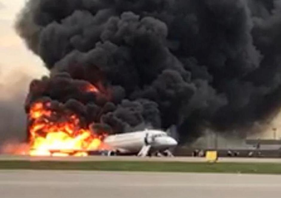 A passenger plane is seen on fire after an emergency landing at the Sheremetyevo Airport outside Moscow | Autor: HANDOUT