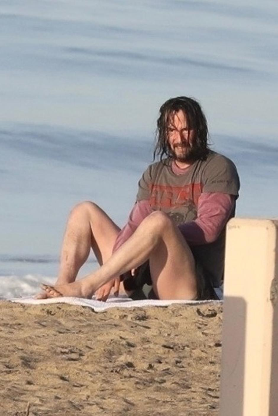 *PREMIUM-EXCLUSIVE* Keanu Reeves flashes his bare butt while drying off after a dip in the ocean | Autor: RMBI