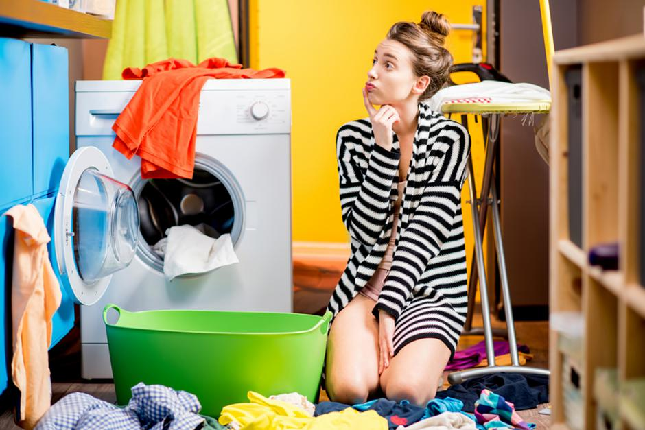 Woman washing clothes at home | Autor: Dreamstime