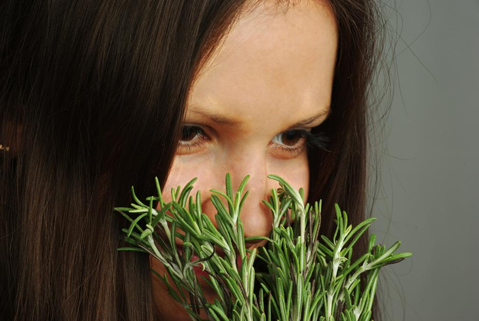 Girl sniffing rosemary | Autor: Alexander Pekour