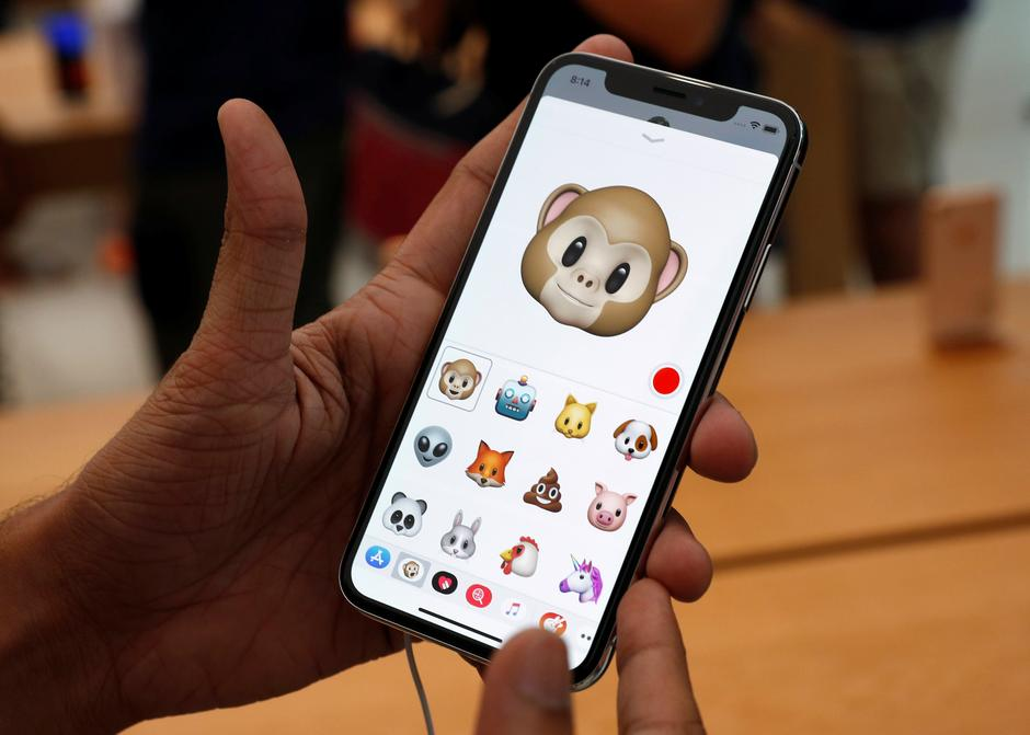 A man tries out the Animoji feature on the iPhone X during its launch at the Apple store in Singapore | Autor: EDGAR SU