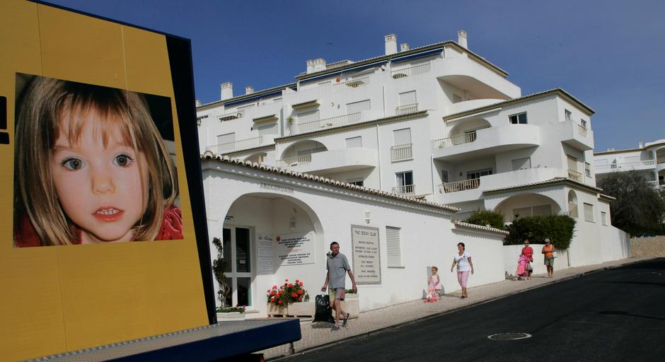 FILE PHOTO - People walk near a billboard at Praia da Luz tourist resort | Autor: HUGO CORREIA/REUTERS/PIXSELL/REUTERS/PIXSELL