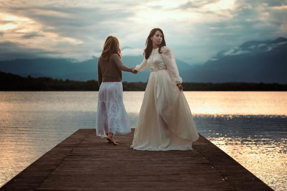 Beautiful women walking on lake pier | Autor: Lorenzo Gulino