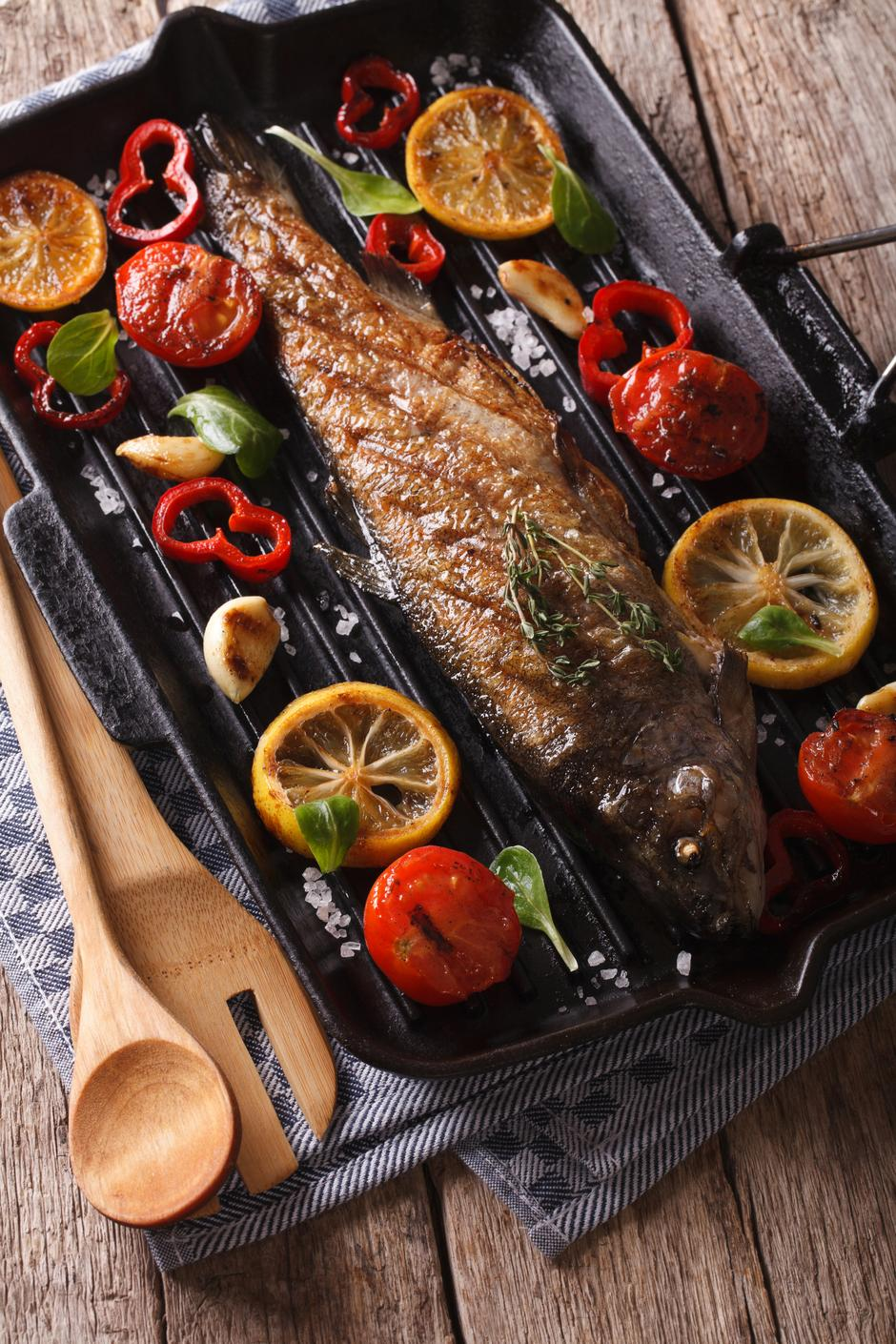 Fish menu: trout with vegetables on a grill pan close-up | Autor: ALLEKO