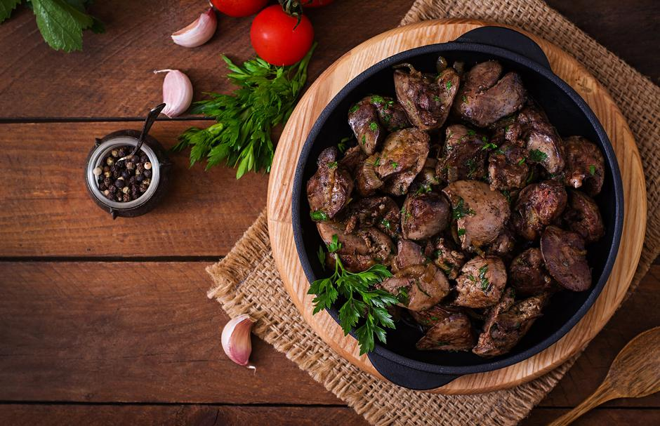 Fried chicken liver with onions and herbs. Top view | Autor: Dreamstime