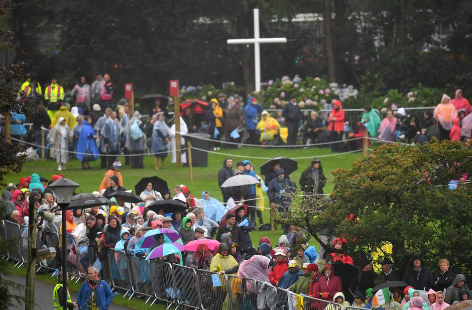 The faithful wait in the rain ahead of a visit of Pope Francis to Knock Shrine in Knock | Autor: DYLAN MARTINEZ