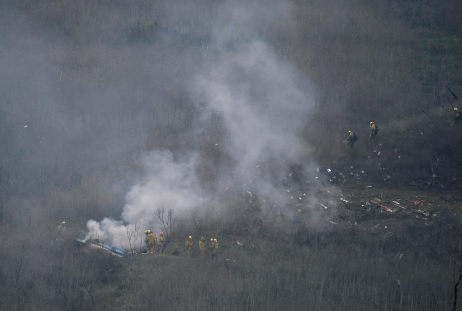 LA county firefighters on the scene of a helicopter crash that reportedly killed Kobe Bryant in Calabasas | Autor: GENE BLEVINS