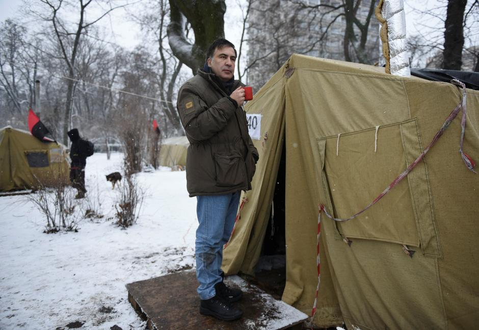 Former Georgian President Mikheil Saakashvili stands next to a tent set up in front of the Parliament building in Kiev | Autor: OLEH TERESHCHENKO