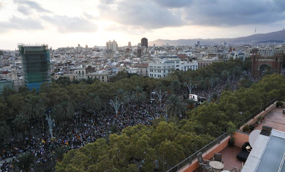 People attend a pro-indpendence rally near the Catalan regional parliament in Barcelona | Autor: SUSANA VERA