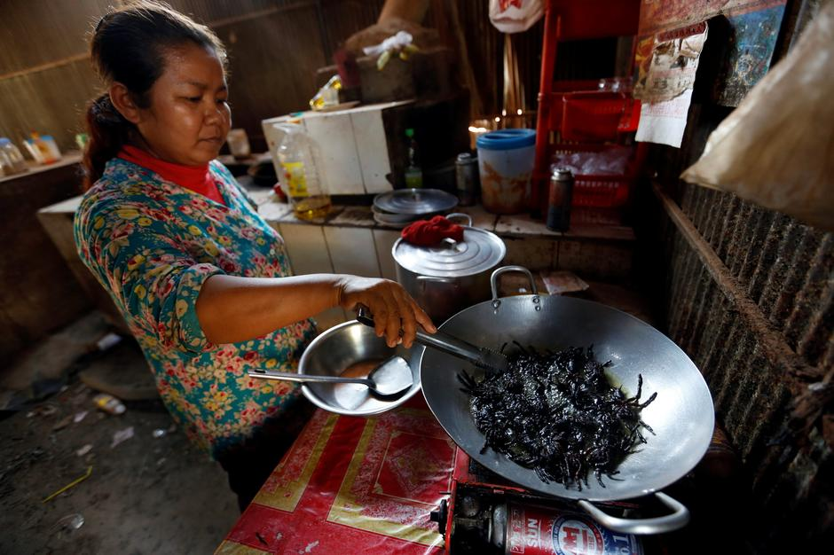 A woman fries tarantulas at her home in Kampong Cham province in Cambodia | Autor: SAMRANG PRING