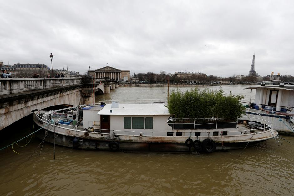 A view shows a peniche boat that is moored along the flooded banks of the River Seine after days of almost non-stop rain caused flooding in the country in Paris | Autor: GONZALO FUENTES
