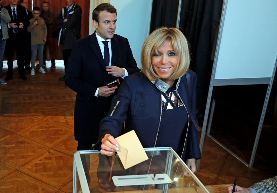 Brigitte Trogneux, the wife of French presidential election candidate Emmanuel Macron casts her ballot during the the second round of 2017 French presidential election, in Le Touquet | Autor: PHILIPPE WOJAZER