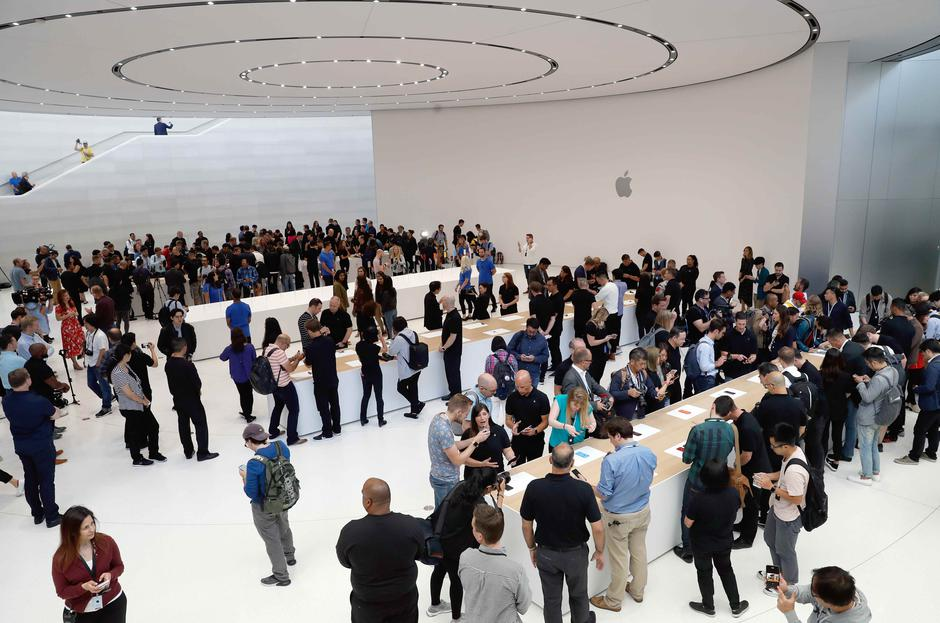 A demonstration of the newly released Apple products is seen following the product launch event in Cupertino | Autor: STEPHEN LAM