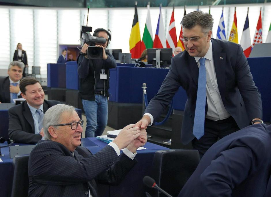 Croatia's Prime Minister Plenkovic shakes hands with European Commission President Juncker as he arrives to deliver a speech during a debate on the Future of Europe at the European Parliament in Strasbourg | Autor: VINCENT KESSLER/REUTERS/PIXSELL/REUTERS/PIXSELL
