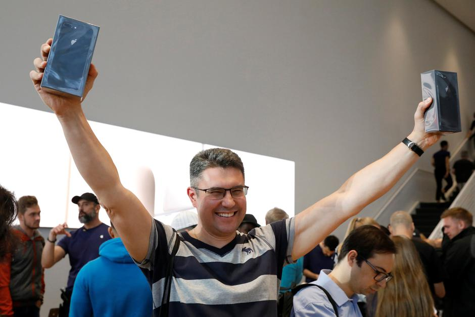 One of the first customers celebrates his purchase of the new iPhone 8 at the 5th Avenue Apple store in New York | Autor: BRENDAN MCDERMID/REUTERS/PIXSELL/REUTERS/PIXSELL