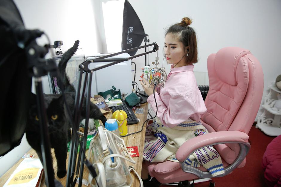 A girl broadcasts at live streaming talent agency Three Minute TV, in Beijing | Autor: DAMIR SAGOLJ