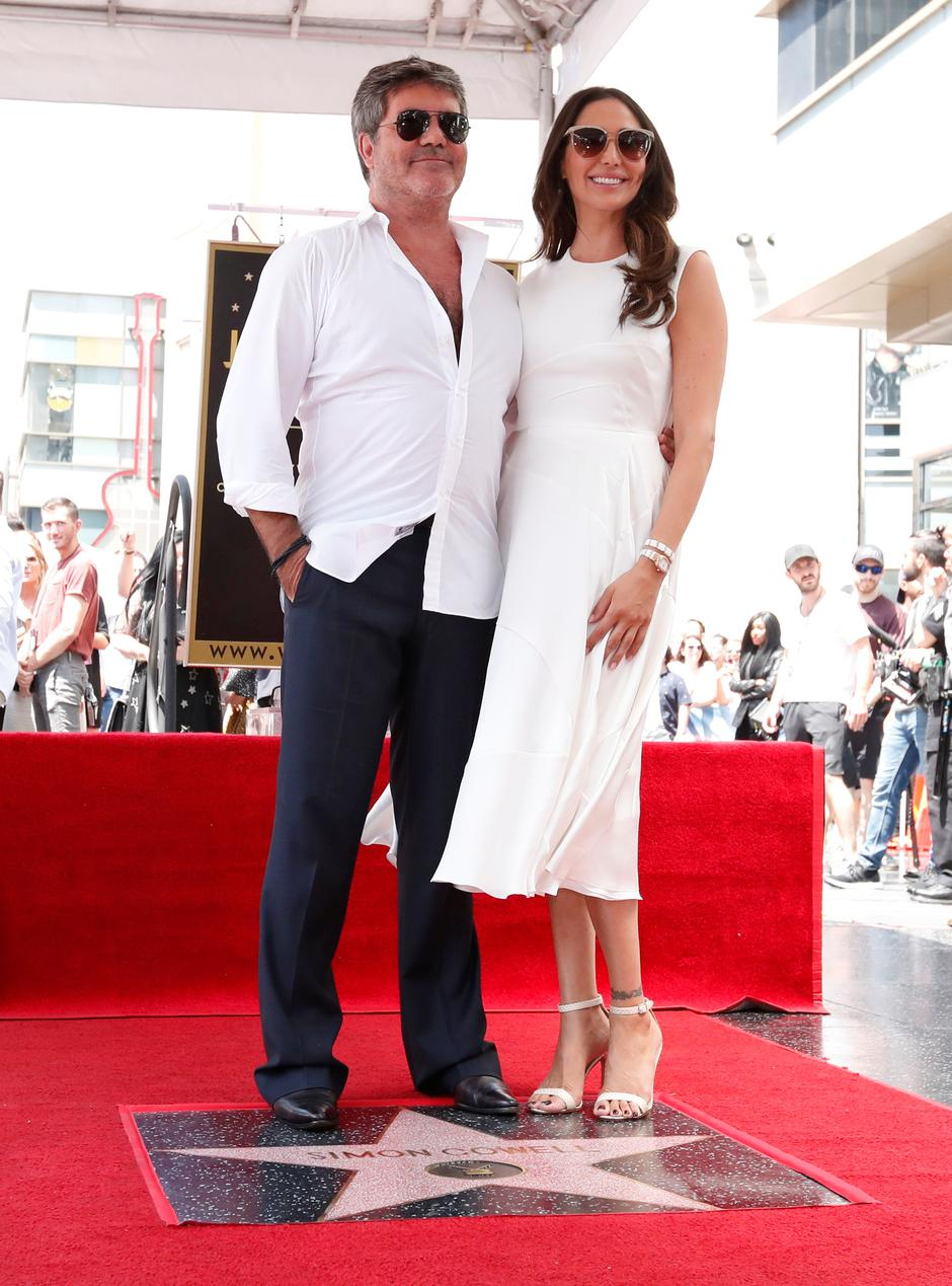 Television producer Cowell poses with his partner Silverman after unveiling his star on the Hollywood Walk of Fame in Los Angeles | Autor: MARIO ANZUONI/REUTERS/PIXSELL/REUTERS/PIXSELL