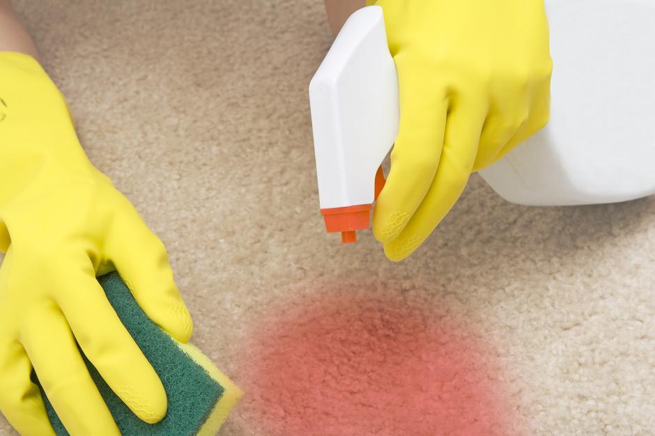 cleaning red stain on a carpet | Autor: unknown